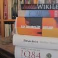 På kjøkkenbordet mitt ligger tre kolosser. Noen er kolosser som bøker, alle er kolosser som menn på sin måte. Biografiene til Steve Jobs og Julian Assange, Knausgårds Min Kamp 6, har de noe til felles? Og rekker jeg å lese dem før året er omme? Jeg graver meg ned i hi.