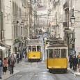 """Jeg presenterer to portugisiske forfattere Fernando Pesoa og Jose Saramago.I Saramagos roman """"Det året Ricardo Reis døde"""" blir vi kjent med som betrakter verden og ikke deltar.Med utgangspunkt i denne romanen drøfter jeg folks likegyldighet og passivitet i det samfunnet det lever i."""